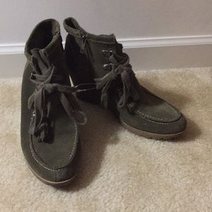 EUC Mia green suede ankle booties Sz 9